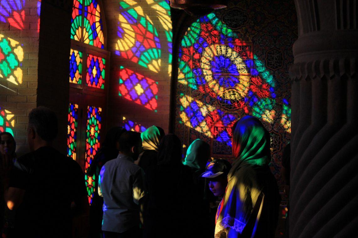 Touristes à l'intérieur de la mosquée rose à Shiraz