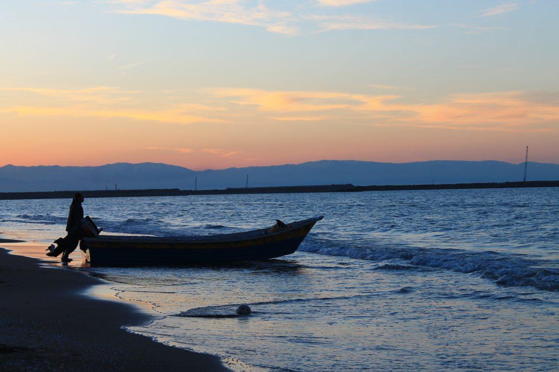 Un pêcheur à la tombée de la nuit sur la mer caspienne